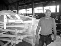 """KONSTRUKCIJAS SPORTA ZĀLEI. Gatavā produkcija """"Magmas"""" ražotnē neuzkrājas, bet drīz vien nonāk būvlaukumā - stāsta Jurijs Mihejevs. FOTO - DAINA MARCINKUS"""